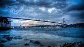 Istanbuł, Turcja - 22 Październik, 2012: Bosphorus bridżowy złączony Azja i Europa na chmurnym wieczór, Istanbuł, Turcja Obraz Stock