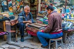 Istanbuł, Turcja, Październik 1, 2011: Dwa mężczyzny bawić się trik-trak obrazy stock