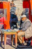 Istanbuł, Turcja, Październik 6, 2011: Mężczyzny sprzedawania gołębia jedzenie fotografia royalty free