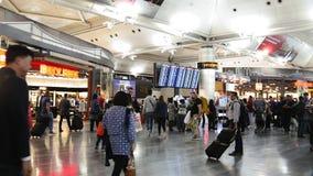 ISTANBUŁ TURCJA, PAŹDZIERNIK, - 12, 2016: pasażery chodzi wokoło bezcłowego przy Ataturk lotniskiem międzynarodowym zdjęcie wideo
