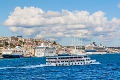 Istanbuł, Turcja, Październik 1, 2011: Statki wycieczkowi na Bosphorus zdjęcie stock