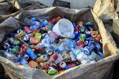 ISTANBUŁ TURCJA, Sierpień, - 23, 2015: Używać zdruzgotane napój puszki a Obraz Stock