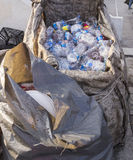 ISTANBUŁ TURCJA, Sierpień, - 23, 2015: Używać zdruzgotany wodny plastikowy b Zdjęcia Stock