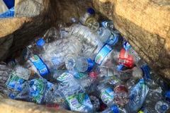 ISTANBUŁ TURCJA, Sierpień, - 23, 2015: Używać zdruzgotany wodny plastikowy b Obraz Stock