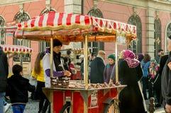 Istanbuł Turcja, Styczeń, - 06, 2018: Obsługuje sprzedawanie piec kasztan w turystycznym Eminonu okręgu Istanbuł, Turcja Fotografia Royalty Free