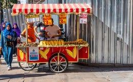 Istanbuł, Turcja, Wrzesień 2018: Mobilny kuchnia stojak dla piec kasztanów, gotującej kukurudzy, kukurydzanej i piec na grillu zdjęcia stock