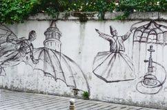 Istanbuł, TURCJA, Wrzesień 25, 2018 sztuki kolorowa zakrywająca graffiti ulicy ściana Taniec latający mężczyzna i derwisze fotografia royalty free