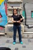 Istanbu? Istiklal ulica, Turcja 15,/ 5 2019: Uliczna muzyka spełniania kobza w Istiklal ulicie fotografia stock