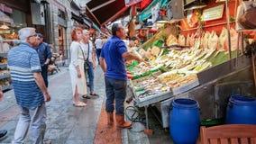 Istanbuł Turcja, Czerwiec, - 02, 2017: Ludzie przy rybim rynkiem w Kadik Zdjęcia Stock