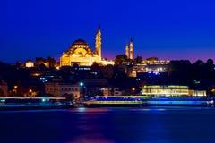 ISTANBUŁ, TURCJA - nocy molo od wschodniego brzeg zatoka widok zdjęcia stock