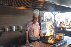 ISTANBUŁ TURCJA SEPT 28 2014 szef kuchni w restauraci Zdjęcia Stock