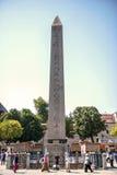 ISTANBUL - 17 AOÛT : Touristes visitant l'obélisque de Theodosius dedans Photo libre de droits