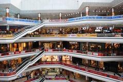 ISTANBUL - CIRCA APRIL 2014: Den största gallerian med shoppar, bion, fo Arkivfoto