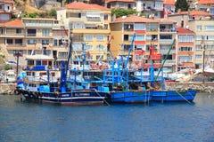 ISTANBUL - CIRCA JUNI 2015: Fiskebåtar som förbereder sig att utplacera för att fiska Arkivfoto