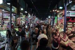 ISTANBUL - CIRCA JUNI 2015 - folk undersöker och handel på den Egypten marknaden i Istanbul, Turkiet Royaltyfria Foton