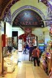 ISTANBUL - CIRCA JUNI 2014 - folk undersöker och handlar på den storslagna basaren i Istanbul Arkivbilder
