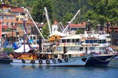 ISTANBUL - CIRCA JUNI 2015 - Seine fartyg som är klart att sätta ut Royaltyfri Bild