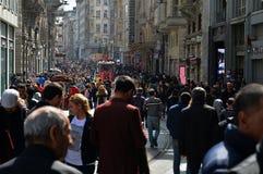 Istanbul, die Türkei, am 7. April 2018: Die alte rote Tram auf historischem Bezirk Istanbuls stockfotos