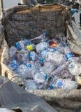 ISTANBUL, die TÜRKEI - 23. August 2015: Benutzter zerquetschter Wasserplastik b Lizenzfreie Stockfotos