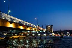 ISTANBUL, DIE TÜRKEI - 21. AUGUST 2018: Fähre unter Galata-Brücke stockbilder