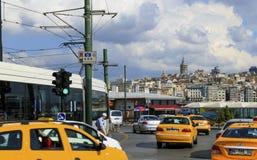 ISTANBUL, DIE TÜRKEI - AUGUST 24,2015: Fahren Sie Autotransport und -tram mit Galata-Turm mit einem Taxi Stockfoto