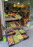ISTANBUL, die TÜRKEI - 24. August 2015: Früchte im lokalen Markt Lizenzfreie Stockfotos