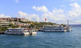 ISTANBUL, DIE TÜRKEI, AM 24. AUGUST 2015: Kreuzeranordnung auf dem golde Stockfotos