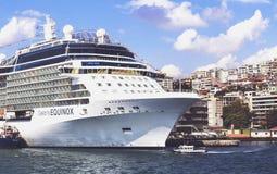 ISTANBUL, die TÜRKEI - 24. August 2015: Kreuzfahrtschiff im goldenen Horn Stockfotos