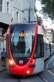 ISTANBUL, DIE TÜRKEI - 21. AUGUST 2018: moderner Tramdurchschnitt des Transportes von Istanbul stockfoto