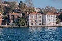 Istanbul, die Türkei Beide Ufer von bosphorus Straße sind von den Wohnhäusern voll, die lokale Leute als Wochenendenwohnsitze ben Stockbild