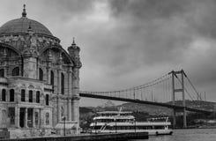 Istanbul, die Türkei 06-December-2018 Szenisches Schwarzweiss-Foto von Ortakoy-Moschee und Brücke während eines bewölkten Tages stockbild