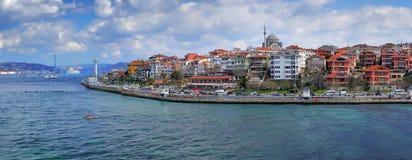 ISTANBUL, DIE TÜRKEI - 27. MÄRZ 2012: Bosporus Das asiatische Teil der Stadt Stockbilder