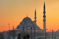 ISTANBUL, DIE TÜRKEI - 24. MÄRZ 2012: Neue Moschee bei Sonnenuntergang Lizenzfreies Stockfoto