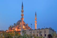 ISTANBUL, DIE TÜRKEI - 26. MÄRZ 2012: Neue Moschee mit Abendbeleuchtung Lizenzfreie Stockfotografie