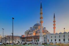 ISTANBUL, DIE TÜRKEI - 24. MÄRZ 2012: Neue Moschee mit Abendbeleuchtung Stockbilder
