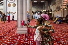 Istanbul, die Türkei - 20. Mai 2018: Mutter und Tochter machen ein selfie in der blauen Moschee Sultan Ahmed stockbilder