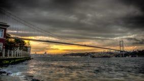 Istanbul, die Türkei - 22. Oktober 2012: Bosphorus-Brücke, die Asien und Europa an einem bewölkten Abend, Istanbul, die Türkei an Stockbild