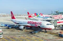 ISTANBUL, die TÜRKEI - Oktober 2013: Flugzeuge in Istanbul Ataturk Lizenzfreie Stockfotografie