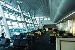 ISTANBUL, die TÜRKEI - Oktober 2013: Passagiere in Istanbul Ataturk Lizenzfreie Stockfotos