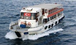Istanbul-Fähre, die das Bosphorus kreuzt Stockfotos