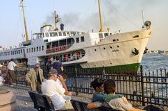 Istanbul, Fähre in Karakoy-Pier Hafen schaut Alltagsleben lizenzfreie stockfotos