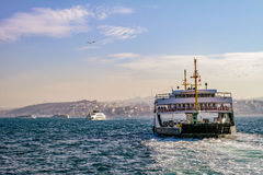 Istanbul färja Fartyg på Bosporus Arkivfoton