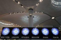 Istanbul-Flughafen, der internationale hauptsächlichflughafen Uhren, der Istanbuls, die Türkei dient stockfoto