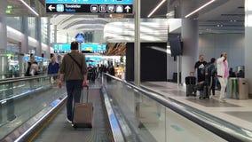 Istanbul flygplatsfolk med bagages lager videofilmer