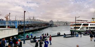 Istanbul Galata bro arkivfoto