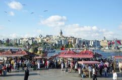 Istanbul guld- horn- fisksmörgås royaltyfri fotografi
