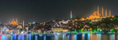 Istanbul horisont från den Galata bron vid natt Arkivfoton