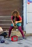 Istanbul Istiklal gata/Turkiet 9 5 2019: Gatamusiker Performing Saxophone i den Istiklal gatan royaltyfri foto