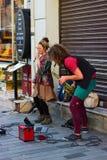 Istanbul, Istiklal-Stra?e/die T?rkei 9 5 2019: Stra?en-Musiker, die ihre Show, Saxophon-K?nstler in der Istiklal-Stra?e durchf?hr stockbilder