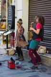 Istanbul, Istiklal-Stra?e/die T?rkei 9 5 2019: Stra?en-Musiker, die ihre Show, Saxophon-K?nstler in der Istiklal-Stra?e durchf?hr lizenzfreie stockfotos